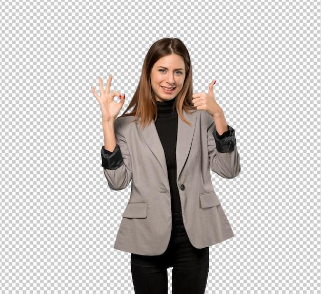 Mujer de negocios que muestra la muestra aceptable con y que da un pulgar encima del gesto