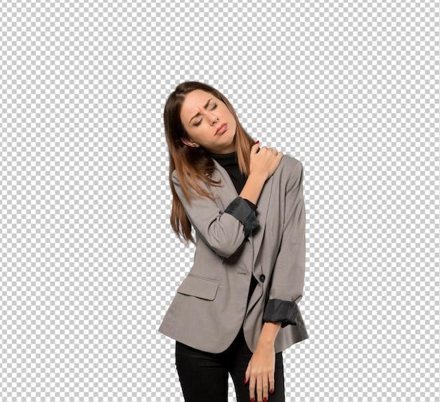 Mujer de negocios que sufre de dolor en el hombro por haber hecho un esfuerzo.