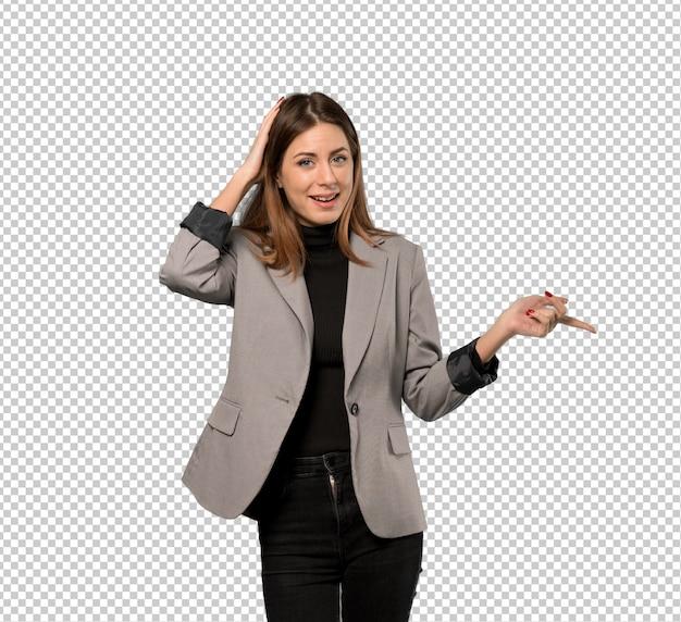 Mujer de negocios sorprendida y apuntando el dedo hacia el lado.
