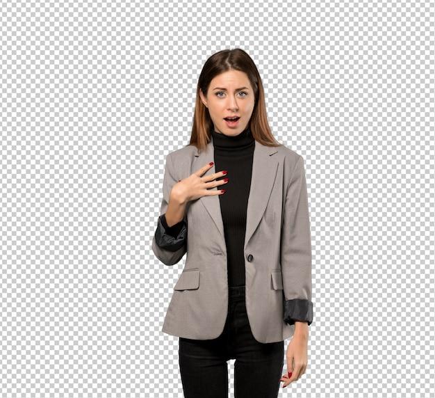 Mujer de negocios sorprendida y sorprendida mientras mira a la derecha