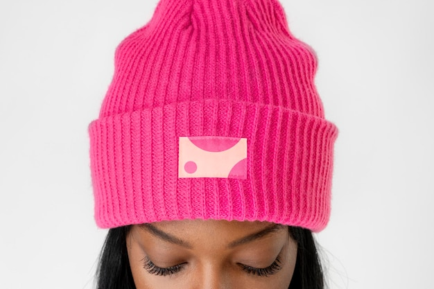 Mujer negra con una maqueta de gorro rosa fuerte