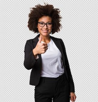 Mujer negra de negocios haciendo gesto bien
