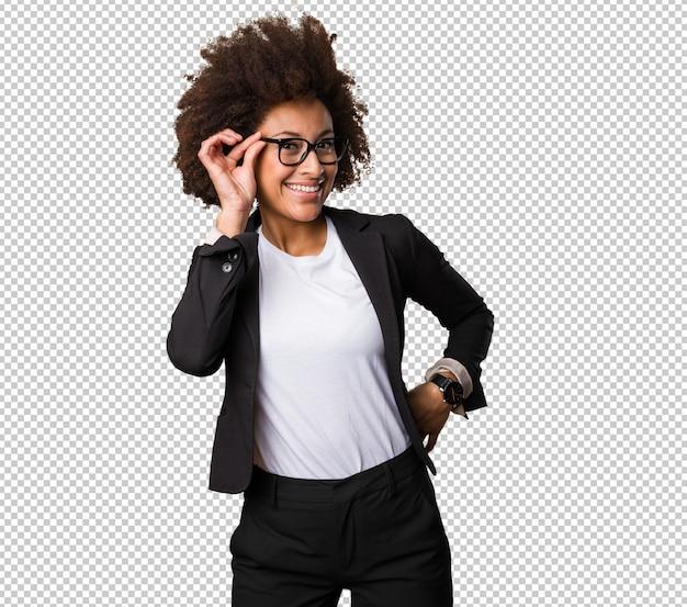 Mujer negra de negocios poniéndose las gafas