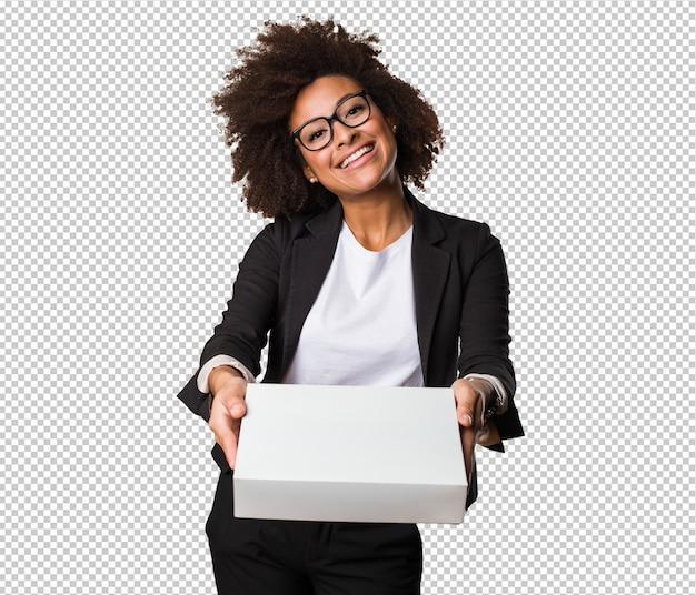 Mujer negra de negocios sosteniendo una caja blanca