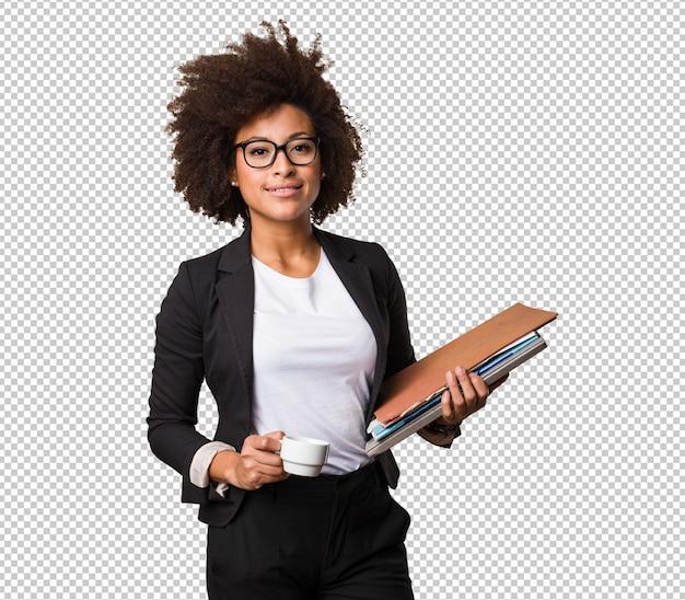 Mujer negra de negocios sosteniendo una taza de café y archivos