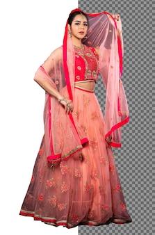 La mujer de la novia india de la longitud completa de los años 20 usa el traje tradicional del vestido de boda de la india del oro rojo, aislado. hermosa sonrisa asiática feliz en velo rojo rosa y soporte mirar a cámara, fondo blanco de estudio