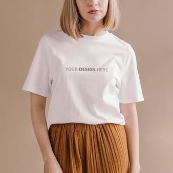 Mujer en una plantilla de anuncios sociales de maqueta de camiseta blanca