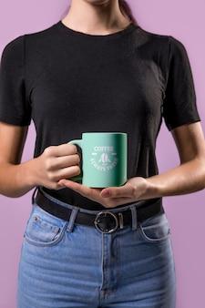 Mujer de primer plano con taza
