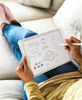 Mujer que diseña el icono de banner en tableta digital