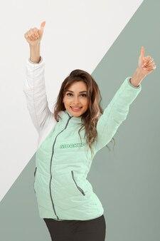 Mujer con ropa de abrigo tiro medio
