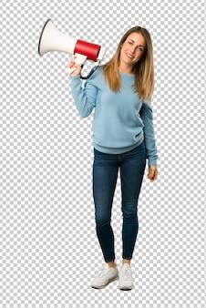 Mujer rubia con camisa azul sosteniendo un megáfono