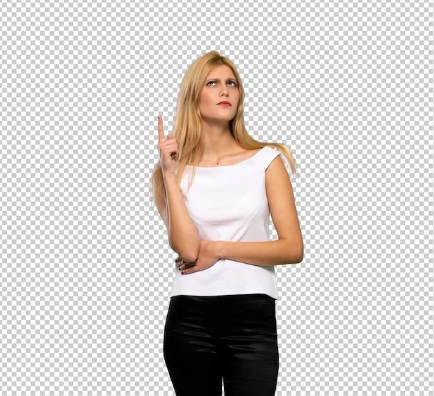 Mujer rubia joven que piensa una idea que destaca el finger