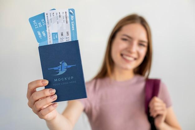 Mujer rubia con maqueta de pasaporte