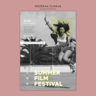 Mujer saltando plantilla de cartel del festival de cine de verano