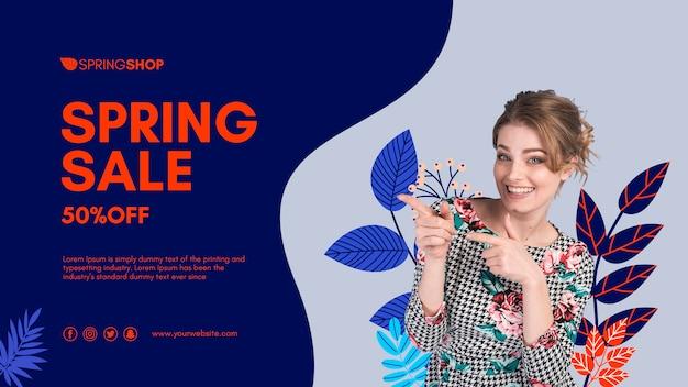 Mujer señalando banner de venta de primavera