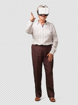 Mujer senior de cuerpo completo emocionada y entretenida, jugando con gafas de realidad virtual