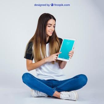 Mujer sentada con tablet