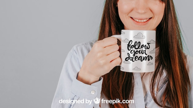 Mujer sonriente con taza