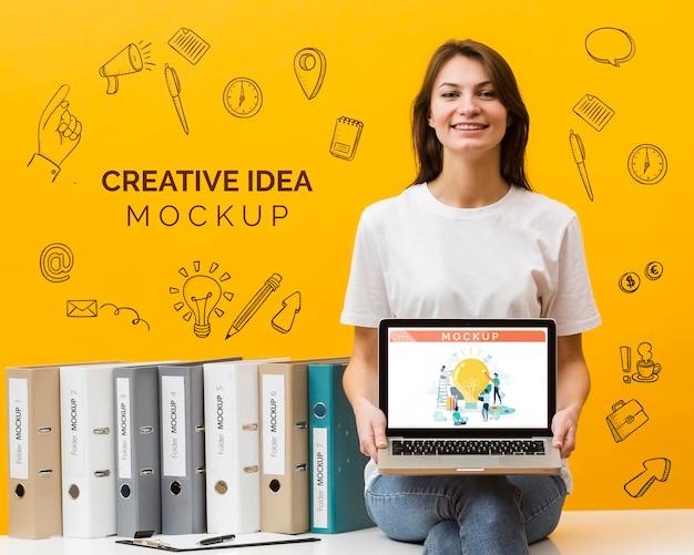 Mujer sonriente con laptop