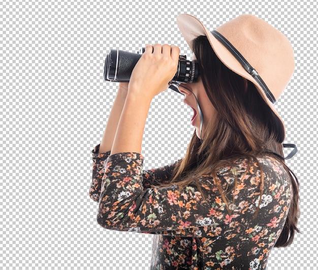 Mujer sorprendida con binoculares