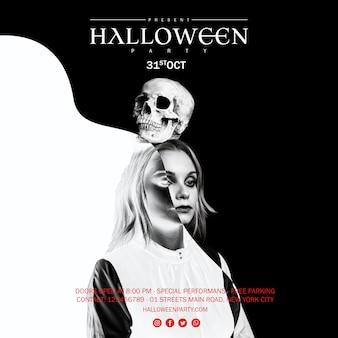 Mujer sosteniendo una calavera en la cabeza para halloween en blanco y negro