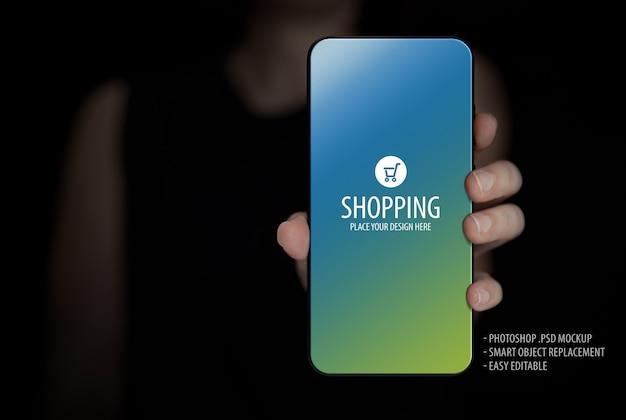Mujer sosteniendo maqueta de pantalla de teléfono móvil