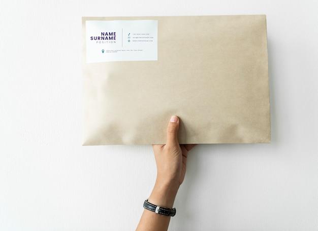 Mujer sosteniendo una maqueta de paquete