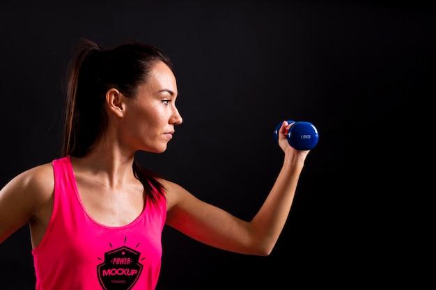 Mujer sosteniendo maqueta de pesas