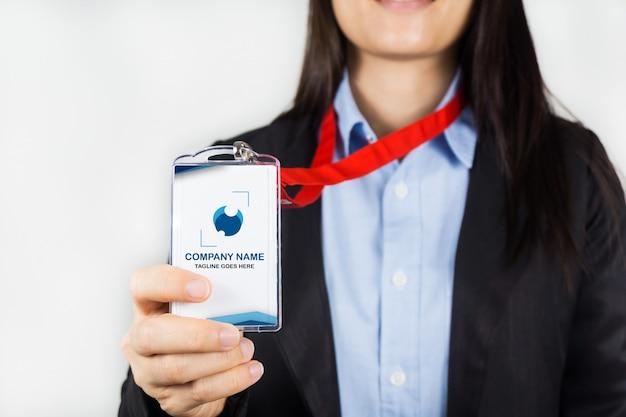 Mujer sosteniendo maqueta de tarjeta de identificación