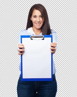 Mujer sosteniendo portapapeles en blanco