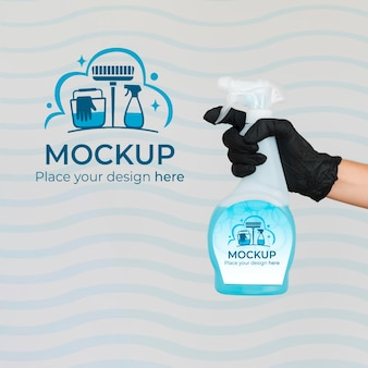 Mujer sosteniendo un producto de limpieza con embalaje de maqueta