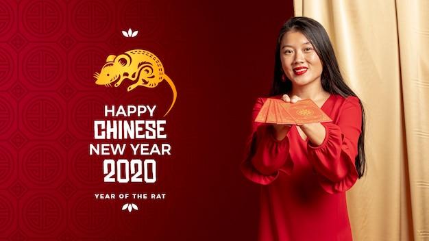 Mujer sosteniendo tarjetas de felicitación para año nuevo