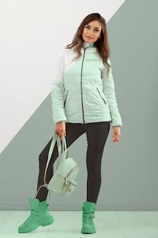 Mujer de tiro completo con ropa de abrigo