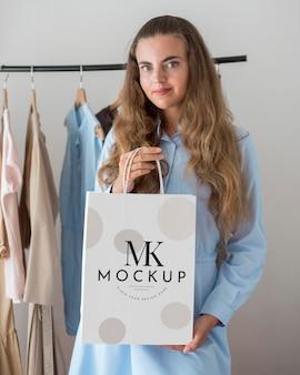 Mujer de tiro medio con bolsa de compras