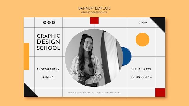 Mujer tomando un banner de curso de diseño gráfico