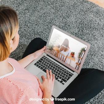 Mujer usando portátil