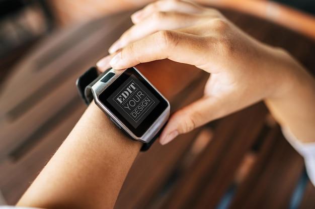Mujer usando reloj inteligente maqueta psd