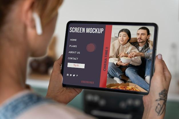 Mujer viendo series en una pantalla de maqueta