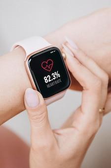 Mujer vistiendo una maqueta de reloj inteligente para comprobar su frecuencia cardíaca