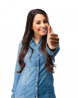 Mulher nova feliz com polegares para cima