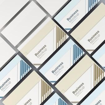 Multitud de tarjetas de visita azules y doradas.