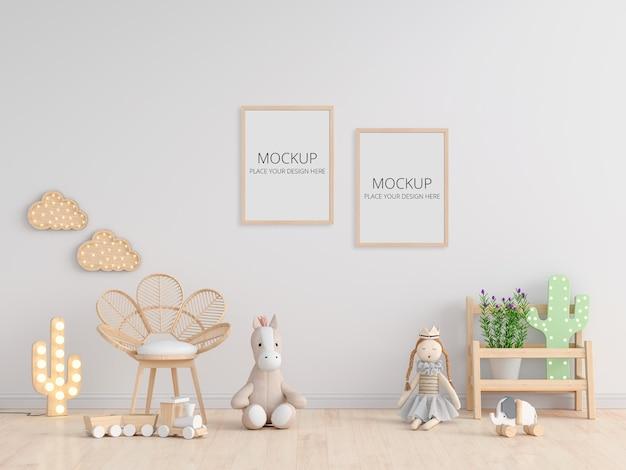 Muñeca en piso en habitación infantil blanca con marco