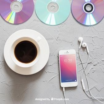 Muziek mockup met koffie en smartphone
