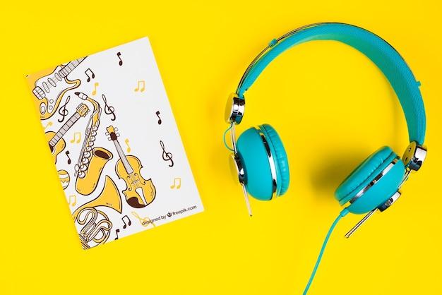 Muzikaal bladconcept met hoofdtelefoons naast