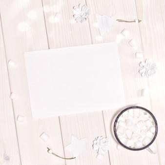 Natale con il modello della carta e decorazioni bianche sulla tavola di legno