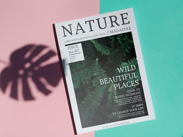 Natuurmagazine mock up op eenvoudige achtergrond