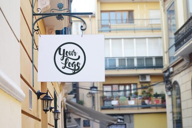 Negozio segno mockup per logo sulla strada
