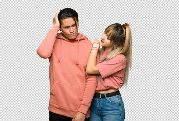 Nel giorno di san valentino coppia giovane avendo dubbi mentre grattando la testa