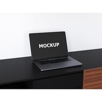 Nero computer portatile mockup su una scrivania
