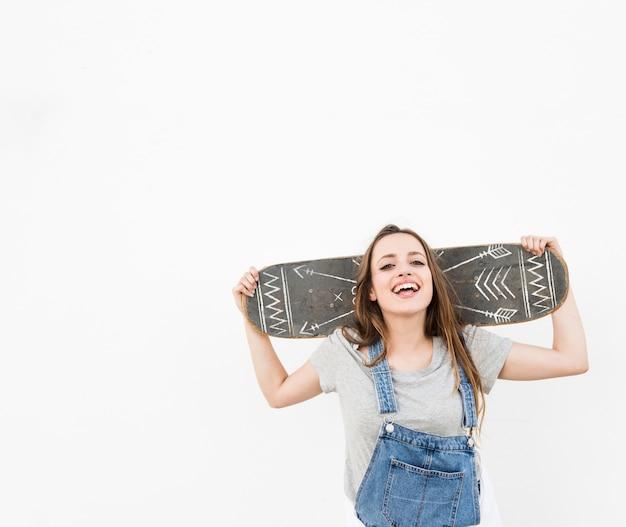 Niña con maqueta de skateboard